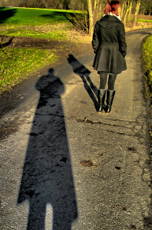 Fotos de stock gratuitas de camino, camino rural, luz y sombra, mujer