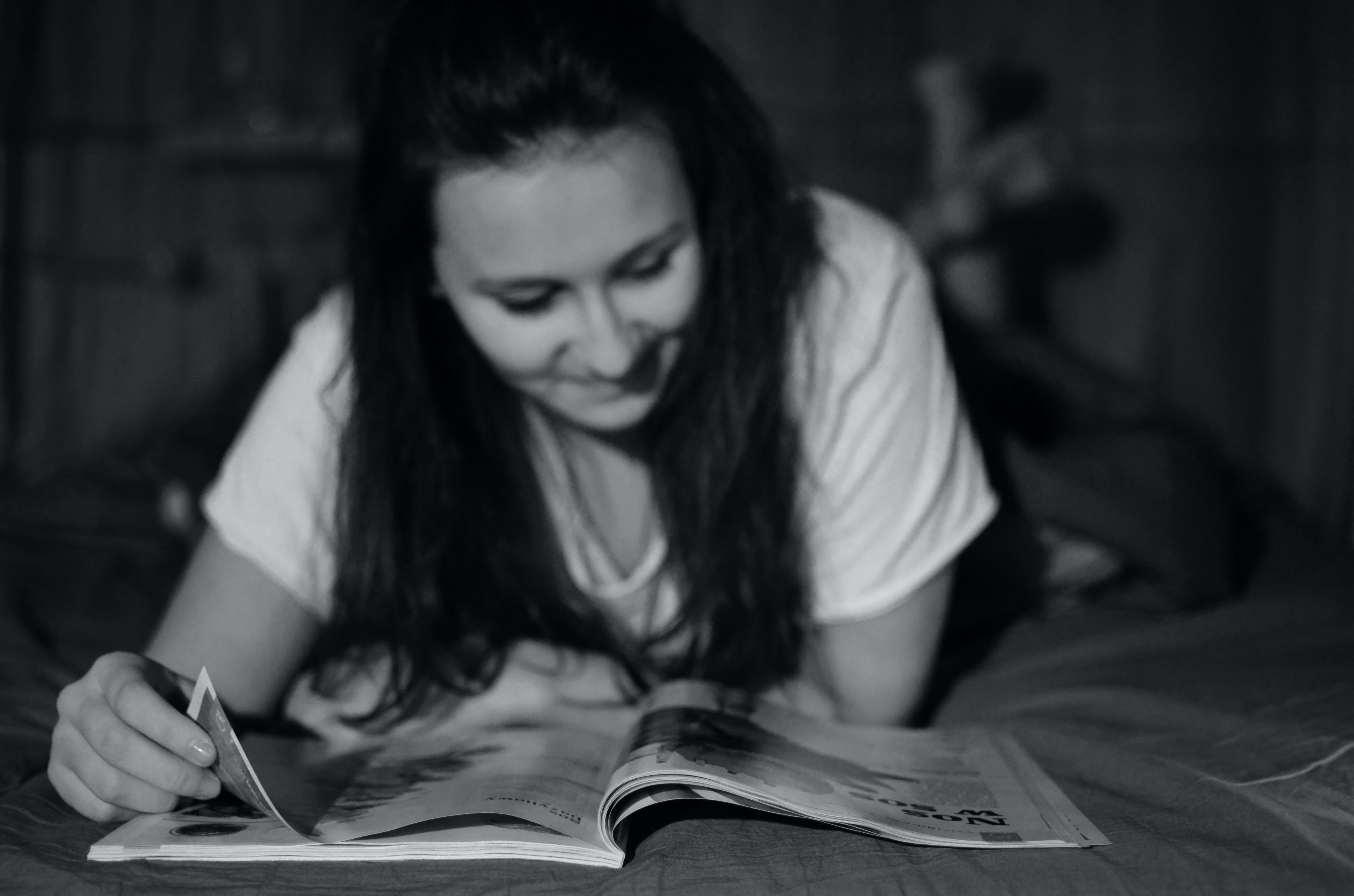 Foto d'estoc gratuïta de blanc i negre, dona, lectura, nena