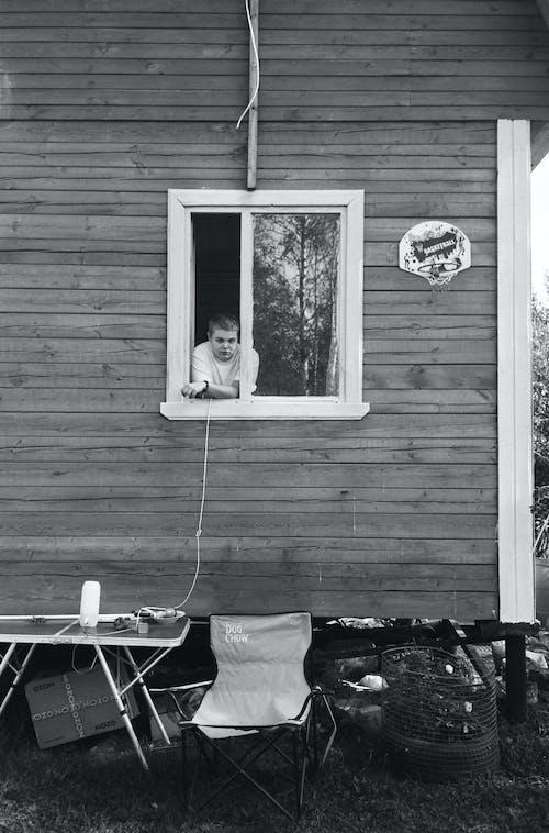Fotos de stock gratuitas de adolescente, al aire libre, blanco y negro, cabina