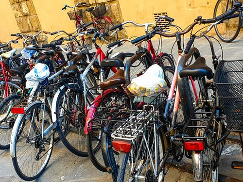 Foto stok gratis angkutan, fotografi perkotaan, parkir sepeda, sepeda