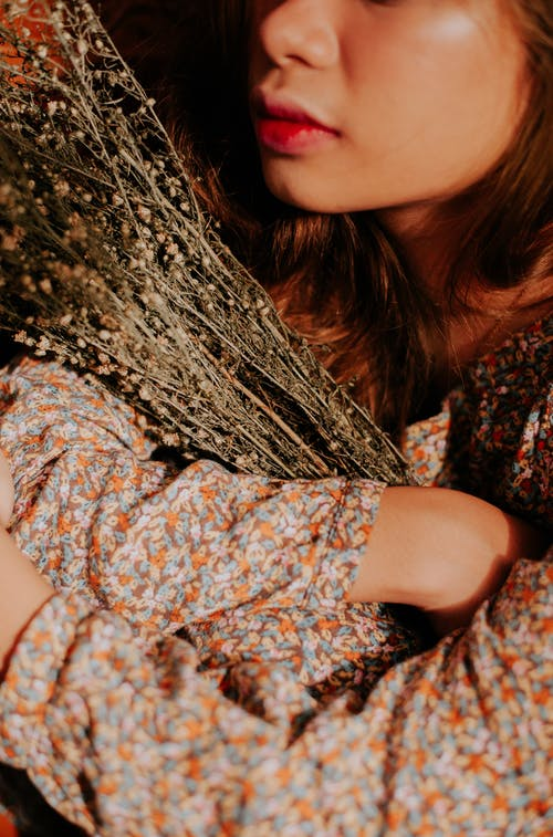 껴안는, 껴안다, 꽃, 꽃무늬 드레스의 무료 스톡 사진