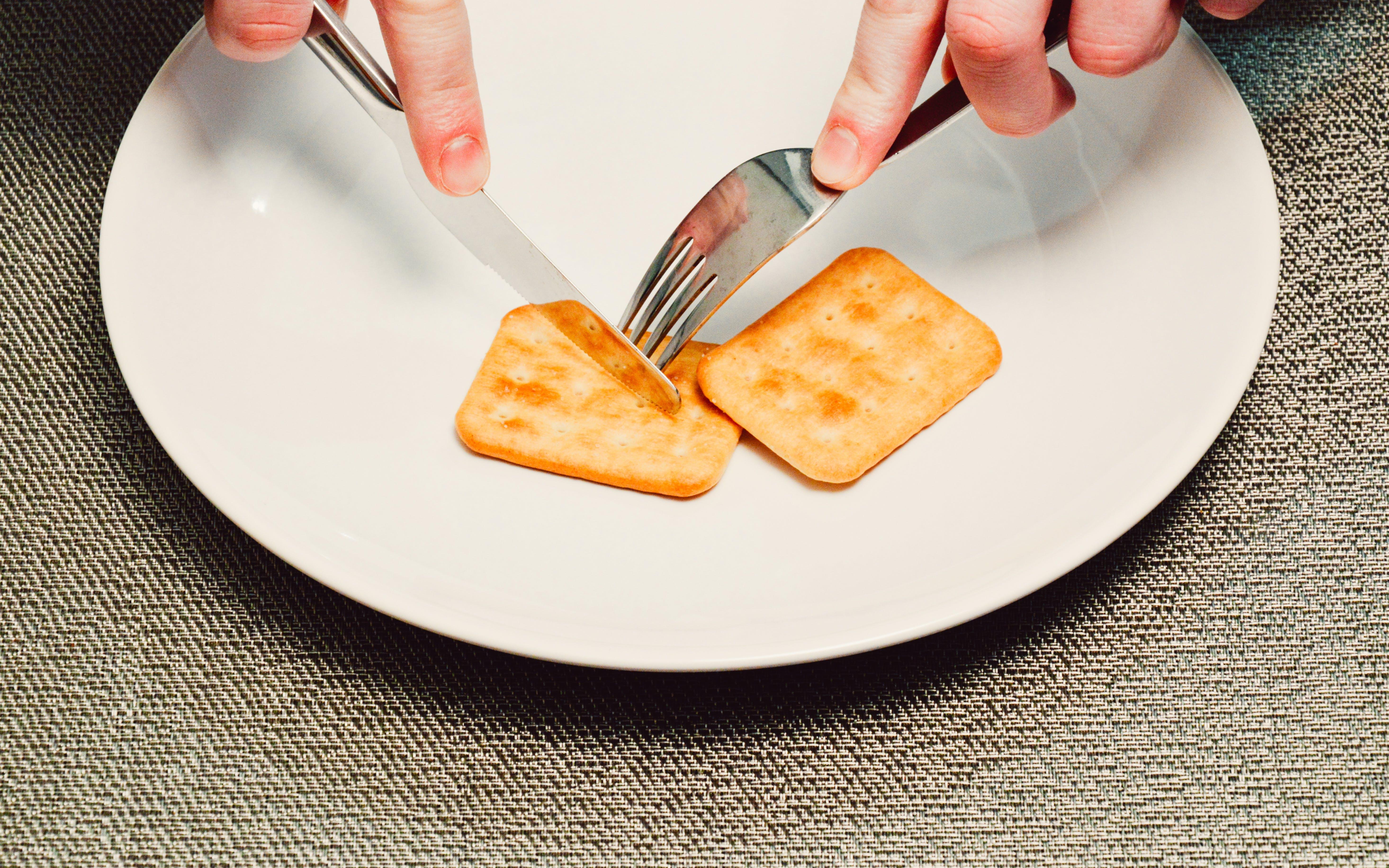 Gratis arkivbilde med gaffel, kjeks, mat, smørkniv