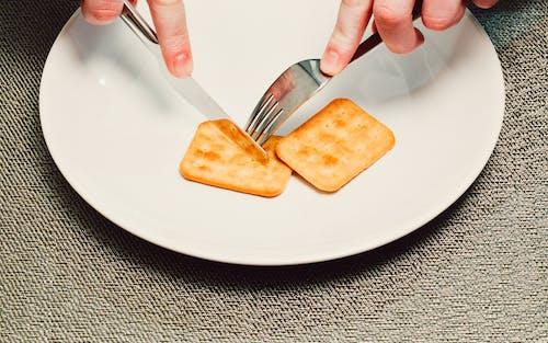 คลังภาพถ่ายฟรี ของ ขนมปังกรอบ, จาน, ทางแยก, มีดตัดเนย
