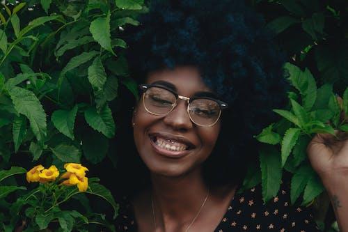 Základová fotografie zdarma na téma afro vlasy, flóra, krásná žena, květiny