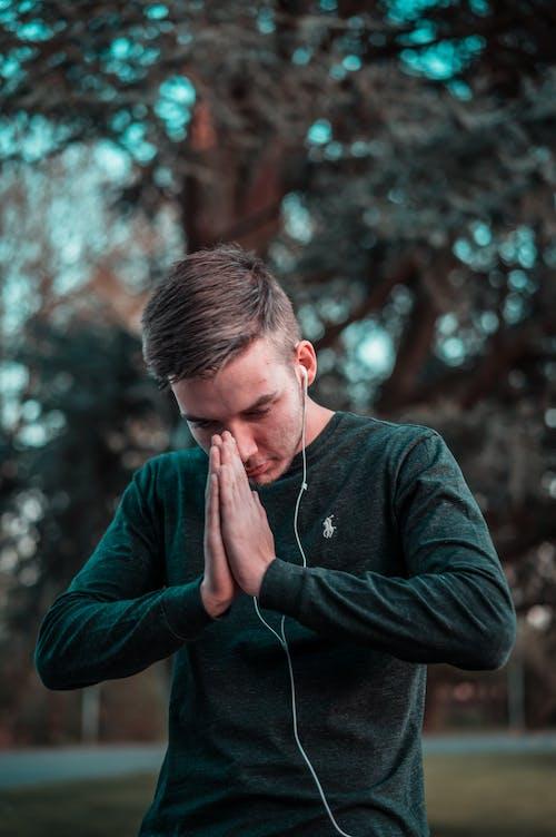Kostenloses Stock Foto zu beten, blondes haar, draußen, dressman