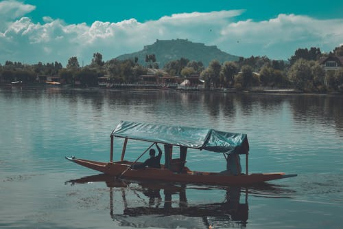 Immagine gratuita di acqua, barca, cielo drammatico, classico