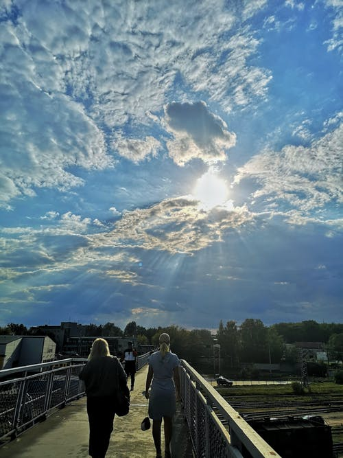 Darmowe zdjęcie z galerii z błękitne niebo, chmury, jasne słońce, most