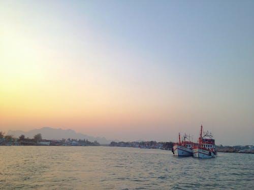 Fotobanka sbezplatnými fotkami na tému hora, horizont, loď, more