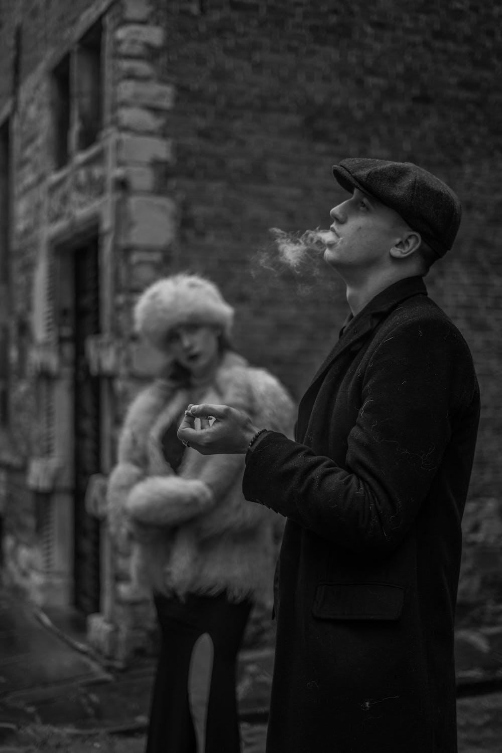 Woman watching on smoking man | Photo: Pexels