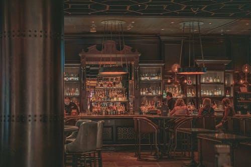 Pessoas Sentadas Em Um Bar