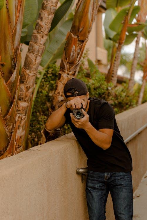 Kostnadsfri bild av kamera, man, person, tar foto