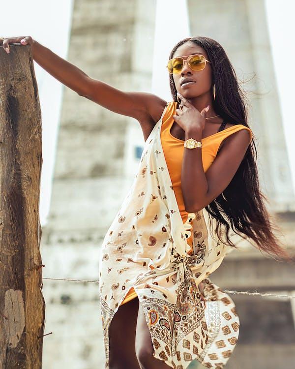 女人穿著米色和黃色的連衣裙