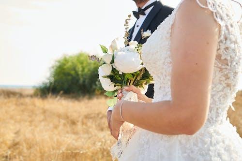 Foto stok gratis buket, bunga-bunga, cinta, gaun pengantin