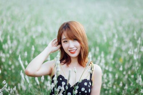 Photos gratuites de beau, belle femme, champ d'herbe, content