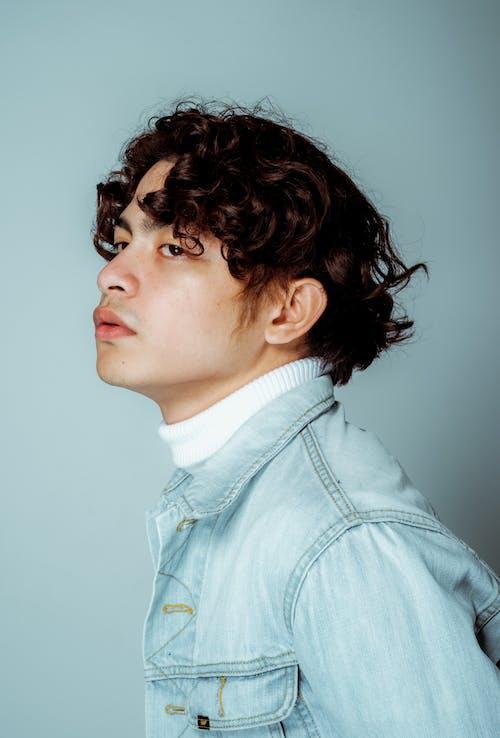 Základová fotografie zdarma na téma bílé pozadí, džínová bunda, móda, model