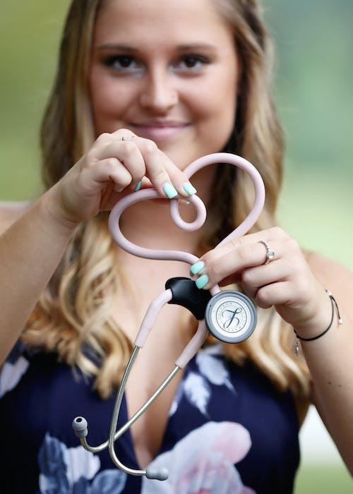 Kostenloses Stock Foto zu gesundheit, graduierung, karriere, krankenschwester
