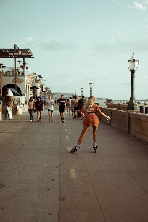 Photos gratuites de faire du patin à roulettes, femme, individu, patins à roulettes