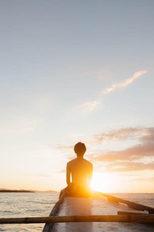Бесплатное стоковое фото с закат, море, мужчина, небо