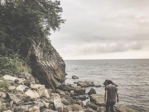Fotobanka sbezplatnými fotkami na tému 20-25 ročný muž, bohémsky, kamene, melancholický