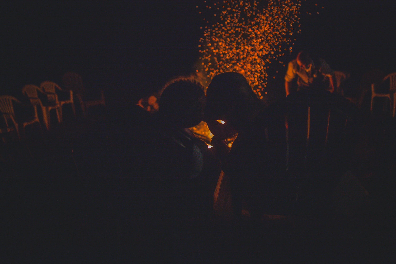 Kostenloses Stock Foto zu feuer, gold, hochzeit, küssen