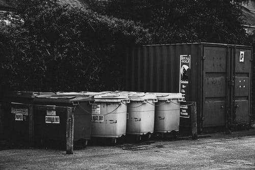 Fotobanka sbezplatnými fotkami na tému čierna a biela, čierny abiely, kontajnery, koše