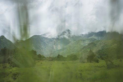 Бесплатное стоковое фото с горы, загородный дом, зеленая трава, зеленое поле