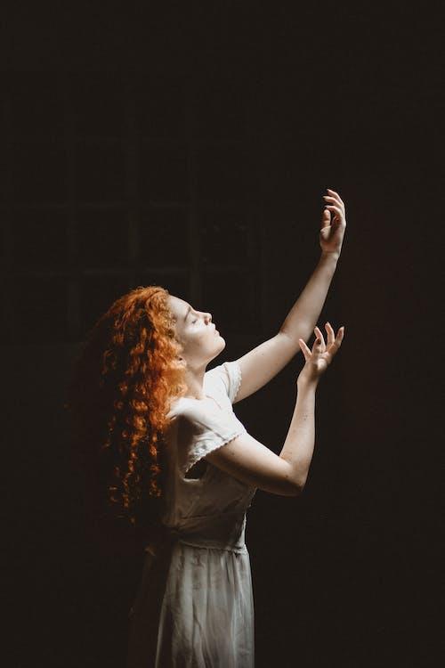 Photos gratuites de arrière-plan noir, beau, danser, femme