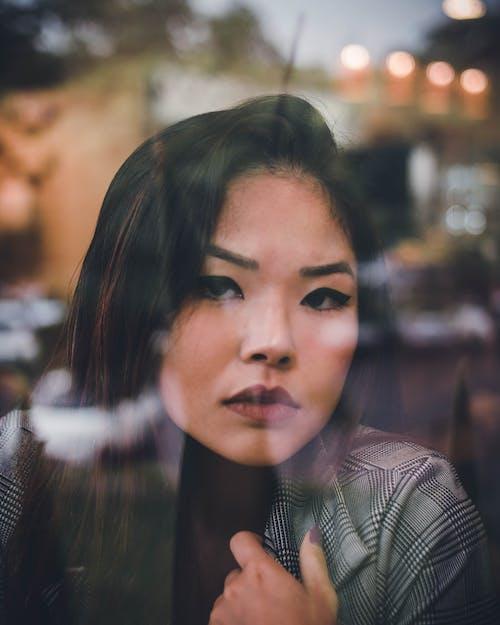 ảnh Người Phụ Nữ Gần Cửa Sổ Kính