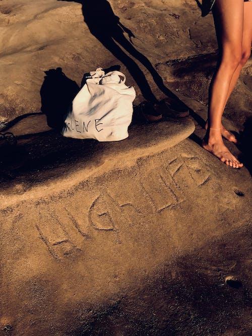 Безкоштовне стокове фото на тему «босоніж, Денне світло, денний час, камінь»