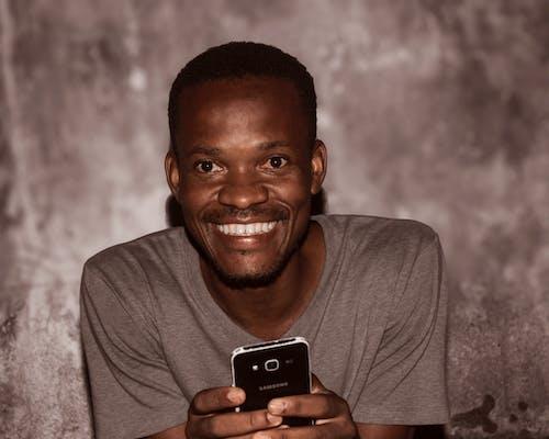 Fotobanka sbezplatnými fotkami na tému notebook asmartfón, usmievavá tvár, zuby