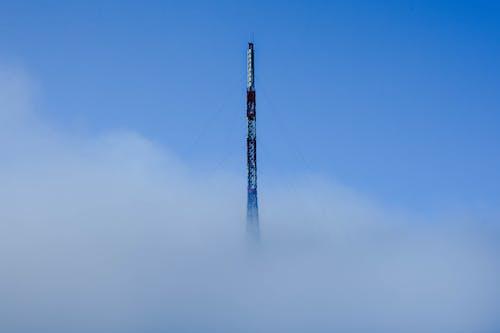 Darmowe zdjęcie z galerii z błękitne niebo, mgła, wieża telekomunikacyjna