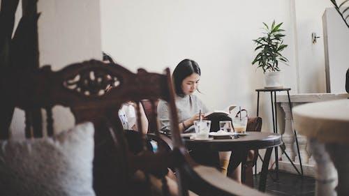 Ảnh lưu trữ miễn phí về cà phê, cô gái xinh đẹp, đọc sách