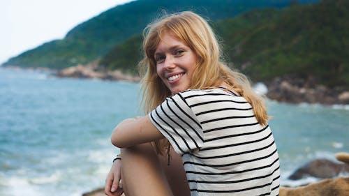 Darmowe zdjęcie z galerii z kobieta, ładny, morze, na dworze