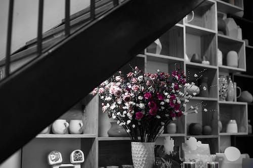 Darmowe zdjęcie z galerii z kubek, sztuczne kwiaty