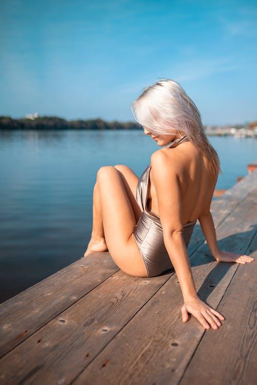 Kostenloses Stock Foto zu badeanzug, blauer himmel, dame, farben