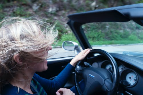 Kostnadsfri bild av bil, bilresa, blont hår, fart