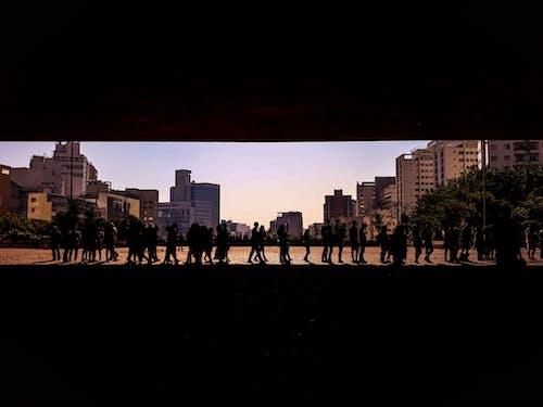 Darmowe zdjęcie z galerii z budynki, kolejka, ludzie, miasto
