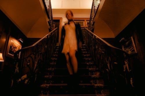 Безкоштовне стокове фото на тему «всередині, готель, жінка, кроки»