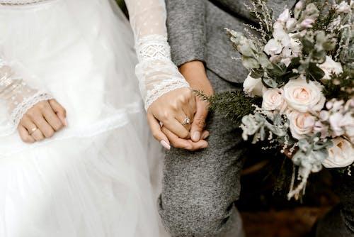 Fotobanka sbezplatnými fotkami na tému byť spolu, držanie za ruky, dvojica, kvety