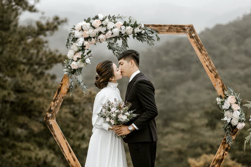 Foto profissional grátis de amor, beijo, buquê, casal