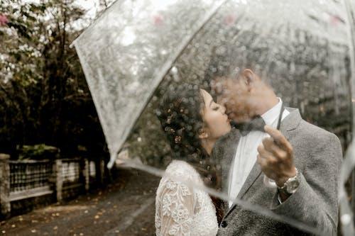 Ingyenes stockfotó csók, emberek, eső, Férfi témában