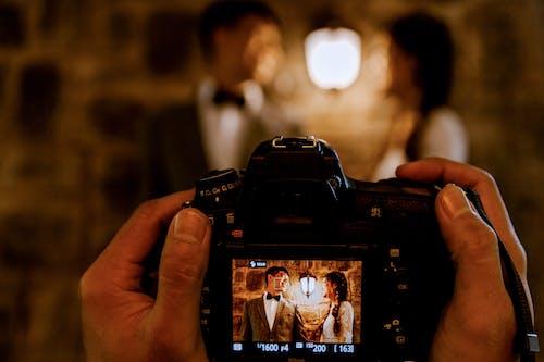 Photos gratuites de appareil photo, couple, écran, gens
