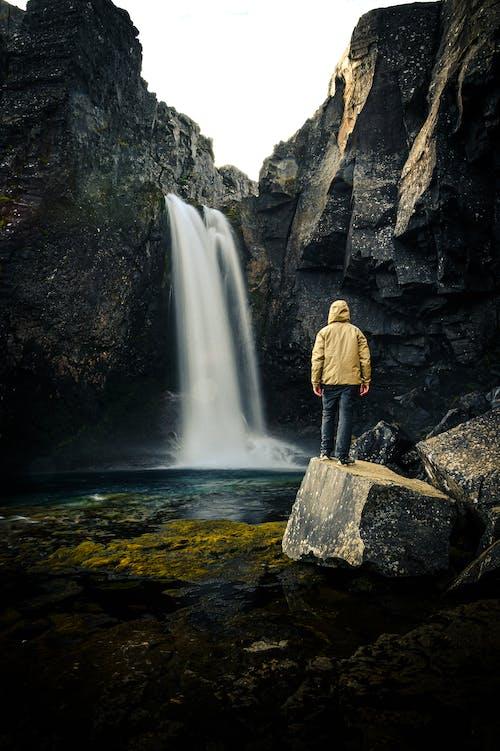 açık hava, çağlayanlar, dağ, dinlenme içeren Ücretsiz stok fotoğraf