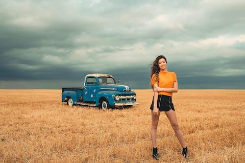 Бесплатное стоковое фото с женщина, за городом, зерновые, пахотная земля