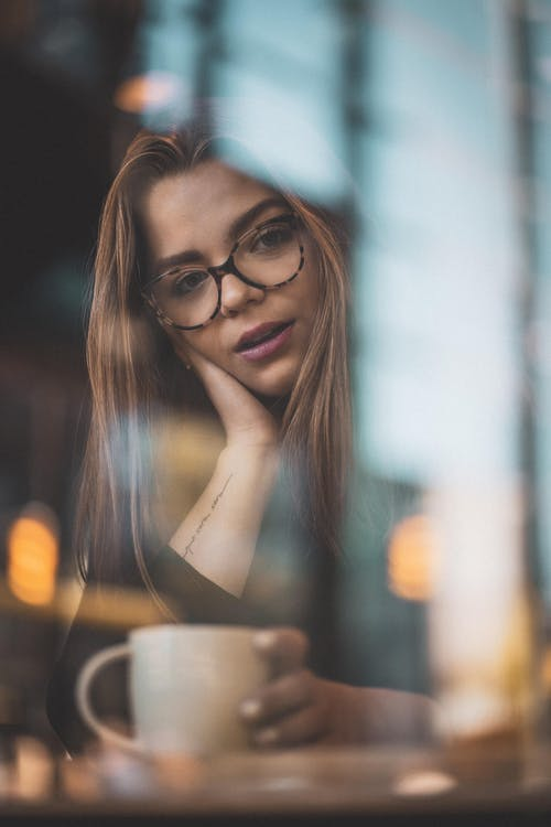 Бесплатное стоковое фото с брюнетка, выражение лица, женщина, кафе
