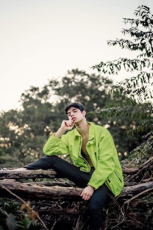 Yeşil Zip Up Ceketli Adam
