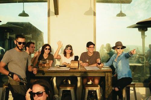 Kostnadsfri bild av bord, dryck, fritid, grupp