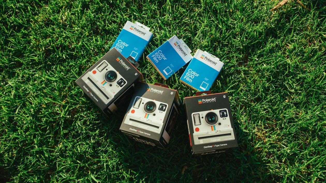 Trzy Szare Pudełka Na Aparaty Polaroidowe