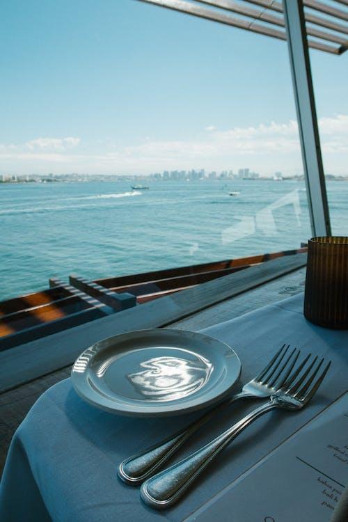 叉子, 桌布, 玻璃牆, 盤子 的 免费素材照片