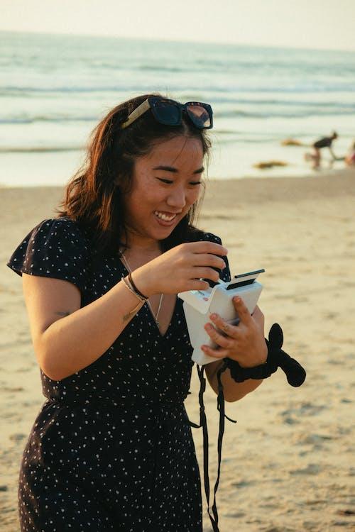 Photos gratuites de appareil photo instantané, content, debout, dispositif